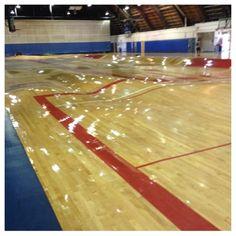 Problème de canalisation sous un terrain de basket