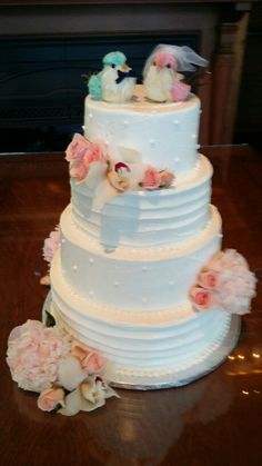 Birdie topper brightens this traditional wedding cake
