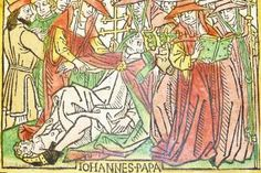 Woodcut illustration (leaf [p]4r, f. cxxxiiii) of Pope Joan, hand-colored in red, green, yellow and black, from an incunable German translation by Heinrich Steinhöwel of Giovanni Boccaccio's De mulieribus claris, printed by Johannes Zainer at Ulm ca. 1474. - kladcat/Wikimedia Commons