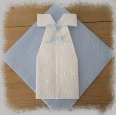 Servietter/ dåp Napkin Folding, Baby Hacks, I Party, Kids And Parenting, Christening, Diy And Crafts, Napkins, Table Settings, Gift Wrapping