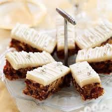 Idea de mini pastelito tipo snack para navidad o año nuevo, frutos secos o zanahorias chocolate frosting y perlas plateadas comestibles cortaos en rectángulos.