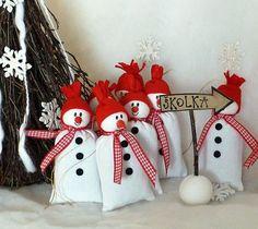 SNĚHULÁCI Voňavý sněhuláčci na pověšení z hrubého lněného plátna. Ozdoby jsou plněný levandulí. Výška cca. 11 cm Uvedená cena je za 1 kus.