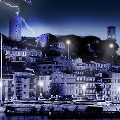 Le Suquet by night (Photography),  100x100 cm par Emmanuelle Menny Fleuridas Crédit photo : Emmanuelle Menny Fleuridas - Photographie - pour tout droit d'utilisation autre que les impressions proposées par Artmajeur, merci de me contacter.