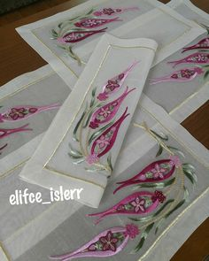 No photo description available. Crewel Embroidery, Hand Embroidery Designs, Ribbon Embroidery, Embroidery Patterns, Cross Stitch Borders, Ipad, Bargello, Table Covers, Flower Designs