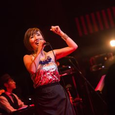 6/28にビルボードライブ東京、6/30にビルボードライブ大阪で行われた「Nao Yoshioka Live 2016 -Possibility-」。同月、アメリカのワシントンDC郊外で行われたソウル・ジャズフェス「Capital Jazz Fest 2016」の凱旋公演として行われた本公演をライターの林剛氏がレポート。大きくスケールアップしたNao Yoshiokaの公演の模様を写真とともに振り返る。 Nao Yoshiokaが[ビルボードライブ東京]のステージに立つのは、2015年8月にネイザ...