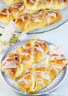 Drożdżówki z serem. Yeast buns with cheese. Hot Dog Buns, Baking Recipes, Food And Drink, Bread, Cooking, Ethnic Recipes, Impreza, Kitchen Ideas, Polish