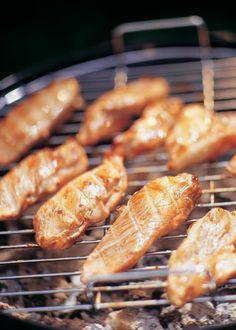 Grillezett, szójaszószos csirke - Stahl.hu Grill Party, Sausage, Grilling, Bbq, Cooking Recipes, Fimo, Steel, Barbecue, Barrel Smoker