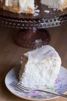 Angel Food Cake recipe that is so easy and is topped with a delicious vanilla glaze. Creamy tasting, this classic cake recipe is perfect for any dessert occasion. Angel Food Cake Icing, Angel Cake, Vanilla Glaze, Sugar Glaze, Delicious Desserts, Yummy Food, Classic Cake, Cake Pans, No Bake Cake