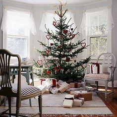 Scandanavian Christmas Time ~~ I love this tree ! Scandinavian Christmas Trees, Swedish Christmas, Noel Christmas, Country Christmas, Simple Christmas, Winter Christmas, Outdoor Christmas, Christmas Ornaments, Christmas Christmas