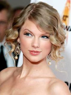 Taylor Swift Hairstyles - November 11, 2009 - DailyMakeover.com