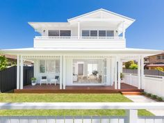 This bright, light-filled Queensland home has all the hallmarks of the Modern Hamptons look! Die Hamptons, Hamptons Style Homes, Hamptons Beach Houses, Weatherboard Exterior, White Beach Houses, Beach Mansion, Australian Homes, Facade House, House Facades