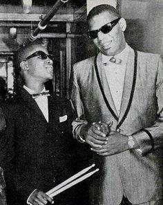 Ray Charles junto a un joven en esa época Stevie Wonder en Detroit. 1962.