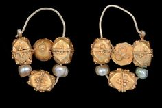 A PAIR OF GOLD AND PEARL EARRINGS, IRAN, 11TH CENTURY