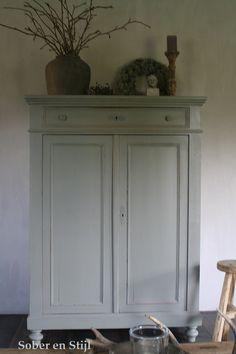 grijze kast - Google zoeken Furniture Update, Paint Furniture, Furniture Makeover, Shabby Chic Cabinet, Home To Roost, Tadelakt, Small Room Bedroom, Interior Design Living Room, Decoration