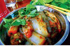 Lẩu cá khoai    Cá khoai, loại cá có xương mềm, thịt nhão nên nhiều người còn gọi là cá cháo, xưa chỉ dùng cho gia súc, nay biến đổi thành món đặc sản. Cá khoai ở Quảng Bình được đánh bắt và đem lên bờ sớm nên khách thường được ăn đồ tươi, thịt thơm ngon hơn nhiều nơi khác.