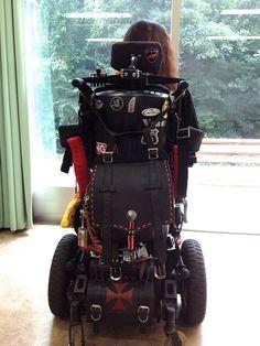 《No.022》  ・ニックネーム  PIGEON     ・メーカー名、車種、年式  Quickie S646SE     ・アピールポイント  Power Wheelchair電動車椅子です。海外製の車椅子はデザイン、機能的にも優れ何故、雑誌等でピックアップされないのか不思議です。愛読のDaytonaに載っていても見劣りしないと思います。