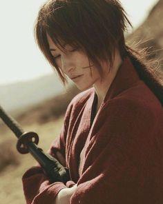 Rurouni Kenshin - Kenshin Himura - Cosplay (published by Orange bro on Cure… Warrior Spirit, Warrior Girl, Movie Costumes, Cosplay Costumes, Saitama, Samurai Poses, Kenshin Y Kaoru, Kenshin Le Vagabond, Asian Men Long Hair