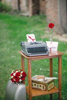 vintage typewriter decor http://weddingwonderland.it/2016/06/matrimonio-rockabilly-anni-50.html