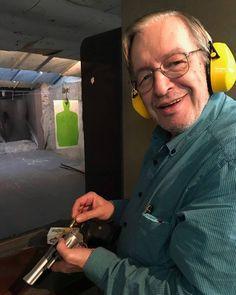Desarmados há meio século, muitos brasileiros têm uma visão fantasiosa e pueril sobre as armas. Têm, literalmente, PAVOR delas, como… Weapons Guns, Middle, Personality, People