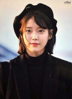 Lee Ji-eun (이지은) also known as IU (아이유) at the airport. Iu Short Hair, Short Hair Styles, Korean Beauty, Asian Beauty, Dye My Hair, Iu Hair, Beautiful Asian Women, Celebs, Celebrities