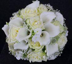 Weiße Calla mit creme Rosen und Schleierkraut mit Perlen verziert