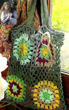 tejidos artesanales en crochet: bolsa calada tejida en crochet con motivos cuadrad...