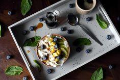 Tropisk smoothie bowl med kokos og chia Smoothie Bowl, Pudding, Desserts, Food, Tailgate Desserts, Deserts, Puddings, Meals, Dessert