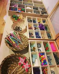 Loose parts set up - Popular Tinker 2019 Reggio Emilia Classroom, Reggio Inspired Classrooms, Reggio Classroom, Preschool Classroom, Preschool Rooms, Play Based Learning, Project Based Learning, Curiosity Approach, Classroom Inspiration
