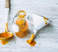Gesund und lecker ist das Rezept für Kürbisketchup. Hauptzutat ist Kürbis, der in Kombination mit Curry zu einer tollen Alternative zu Tomatenketchup wird.