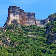 La montagne grecque d'Athos abrite depuis plus de 10 siècles des monastères orthodoxes dont les dépendances abritent environ 2 000 moines. La montagne représente en réalité toute une péninsule élevée, dans la région macédonienne de Grèce, au nord, qui forme un territoire en autarcie, nommé République monastique du Mont Athos depuis 1923.