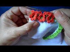 Bico em croche com florzinhas - YouTube                                                                                                                                                                                 Mais Crochet Hair Clips, Crochet Cord, Crochet Daisy, Form Crochet, Crochet Flowers, Crochet Earrings, Crochet Boarders, Crochet Lace Edging, Crochet Doilies