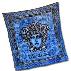 Ručne maľovaná hodvábna šatka BLUE MEDUSA, ktorej motívom je mytologická bytosť Medúza. Táto tajomná hodvábna šatka v sebe skrýva tajomnú energiu. Medúza bola obluda s kovovými krídlami, s jedovatými hadmi namiesto vlasov a pri pohľade na ňu každý skamenel. http://bit.ly/1tdNrwE