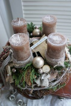 How To Make Christmas Centerpiece Brown Candles Christmas Advent Wreath, Christmas Table Decorations, Christmas Candles, Christmas Crafts, Candle Arrangements, Christmas Floral Arrangements, Christmas Adverts, Brown Candles, Candlesticks