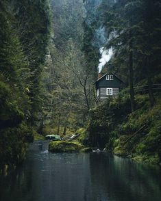Natur Kabine in meiner Heimat Tschechien Amazing Tips to make your own Garden Article Body: A look a Cabin In The Woods, Into The Woods, Forest Cabin, Forest House, Beautiful Homes, Beautiful Places, Cabins And Cottages, Plein Air, Wyoming