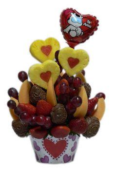 Love You    Exquisitos corazones de Piña con centro de Sandia, acompañados de Fresas Premium cubiertas Chocolate de Leche, ademas de Uvas y Melón, en un encantador recipiente decorado con un lindo Globo metálico en forma de corazón.       Aprox. 50 piezas comestibles.    Tamaño: Mediano