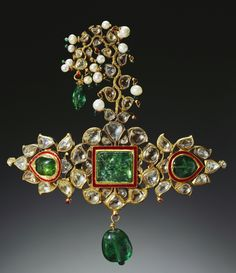 "Turban ornament of gold, emeralds, diamonds, pearls and enamel. Creation date ""The Royal Collection"". Presented to Prince of Wales by the Maharana of Udaipur. Mughal Jewelry, Ethnic Jewelry, Modern Jewelry, Indian Jewelry, Jewelry Art, Antique Jewelry, Vintage Jewelry, Fine Jewelry, Rajput Jewellery"