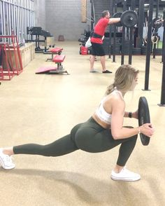 "33.4k aprecieri, 843 comentarii - Whitney Simmons (@whitneyysimmons) pe Instagram: ""This got me today 😅☠️ SUPERSET that will have the peach and legs crying 1️⃣ 15 left lunge, squat,…"""