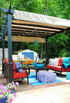 aménagement jardin extérieur - pergola en bois massif, meubles vintage et tabouret bas multicolore