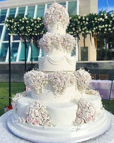 Stylish Unique Wedding Cakes Ideas For Your Special Moment big wedding cakes Unique Wedding Cakes Ideas For Your Special Moment Extravagant Wedding Cakes, Big Wedding Cakes, Elegant Wedding Cakes, Beautiful Wedding Cakes, Gorgeous Cakes, Wedding Cake Designs, Wedding Cake Toppers, Unique Weddings, Floral Wedding