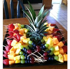 Skewered Fruit Tray full of Publix fresh fruit! We eat a lot of fruit from PublixSkewered Fruit Tray idea for work bring alongsSkewered Fruit Tray More (summer food kids desserts)Like these skewer arrangements/cut fruit (not balled) and use of the pi Snacks Für Party, Fruit Snacks, Healthy Snacks, Parties Food, Party Trays, Fruit Cups, Fruit Appetizers, Fruit Party, Kids Fruit