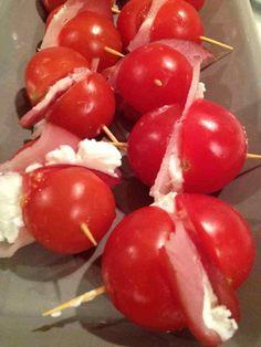 Apéro léger. Tomates cerise bacon et fromage frais