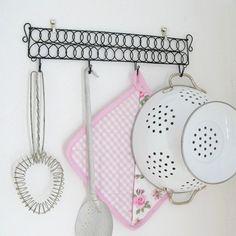 Babiččin věšák - drátovaná klasika  Tento věšák je dlouhý 36 cm a na výšku i s háčky má 10 cm (bez háčků 6 cm). Můžete jej použít např. do kuchyně na zástěru a chňapky nebo na různé nádobí - je pevný a něco unese. Hodí se nejen do kuchyňky -foto je jen inspirativní :o) Mezi háčky je mezera 9 cm.  Materiál: černý drát, který je ošetřen, návod na ...