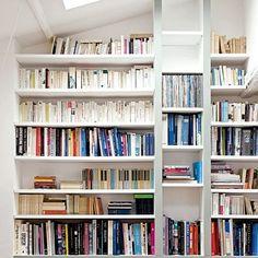 Une bibliothèque encastrée dans un mur