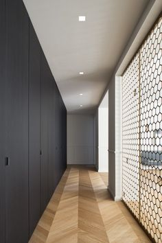 Black Box - Picture gallery with interesting designed wall. Flur Design, Plafond Design, Hallway Designs, Closet Designs, Dark Wood Kitchen Cabinets, Wardrobe Furniture, Wardrobe Design, Black Box, Contemporary Architecture