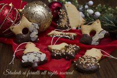 Biscotti di Natale da appendere all'albero, facili e veloci. Biscotti di frolla intinti nel cioccolato con nocciole e mandorle.