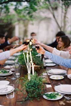 Al Fresco eating, dining outside, table top decor, friends gather, Domino magazine shares tips for being a good house guest this holiday season.