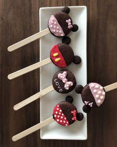 OREO簡単レシピでおしゃれ可愛い手作りバレンタイン【オレオポップの作り方】オーブンなしで子供でも簡単に大量生産可♪友チョコにも本命チョコにも♪ | 雪見日和 Disney Desserts, Cute Desserts, Disney Food, Christmas Cake Decorations, Chocolate Decorations, Minnie Mouse Stickers, Kreative Desserts, Cookie Sticks, Oreo Pops