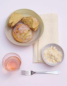 Recette Pain express à la farine de pois chiches : Allumez le four à 210 °C (th. 7). Battez les yaourts à la fourchette, pour les lisser. Tamisez les farines, la levure, le sucre et le sel sur le plan de travail. Creusez un puits au centre, ajoutez le yaourt et l'huile, et mélangez-les à la ...