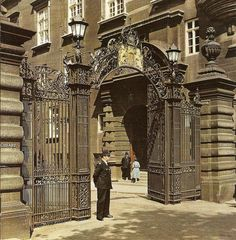 The Victoria Embankment entrance to New Scotland Yard sometime in the mid London Police, Police Station, Historical Images, Old London, London Calling, British Isles, Great Britain, London England, Great Places