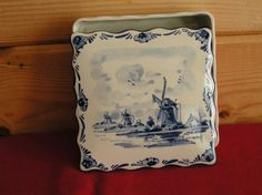ANTIQUE LARGER POCELAIN BOX/LID ALL HAND CRAFTED AND PAINTED IN HOLLAND BY DEIFTS BLAUW